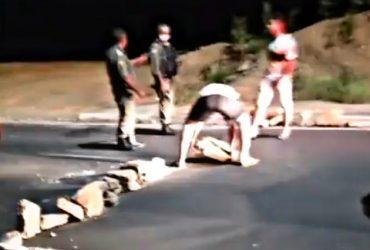 Bandidos bloqueiam avenida com pedras e tentam assaltar motoristas em Teresina