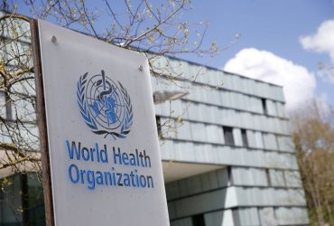 Logo da OMS na sede da entidade em Genebra